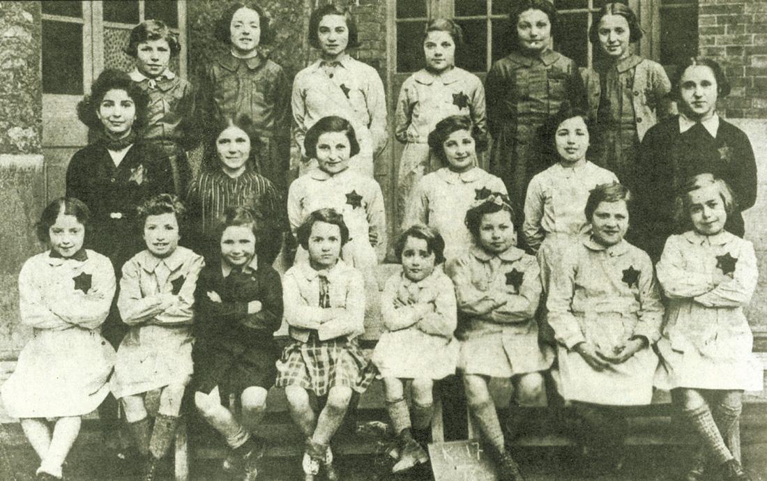 Mireille est la première en haut à droite. Henriette et Jacqueline sont au 1er rang, les 4e et 5e à partir de la droite. Saint-Mandé, le 18 décembre 1943 Fonds Cercil/Korman/Nowodorsqui