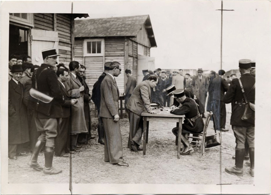 Pithiviers, l'enregistrement des internés par les gendarmes, 16 mai 1941 Collection Musée de la Résistance Nationale - Champigny-sur-Marne.